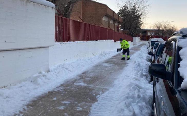 Abrir caminos a los centros de enseñanza, principal trabajo de los efectivos de limpieza en la ciudad de Albacete