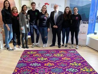 Jabones artesanales y alfombras de serrín de Elche de la Sierra, en la Oficina de Turismo de Castilla-La Mancha en Madrid