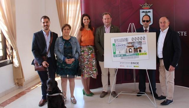 La Feria de Albacete, con su Puerta de Hierros y su noria, se promociona en 5,5 millones de cupones de la ONCE
