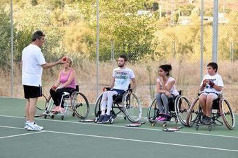 El Hospital de Toledo consolida el tenis en silla de ruedas como oferta deportiva entre sus pacientes