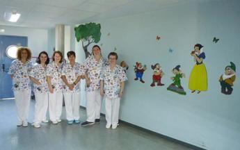 La Escuela de Arte de Valdepeñas redecora la unidad materno-infantil del Hospital General de la ciudad