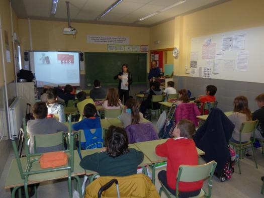 Alumnos de centros educativos de Castilla-La Mancha reciben información sobre el teléfono de emergencia 112