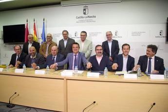 311 municipios de Castilla-La Mancha firman un convenio para adecuar los puntos limpios
