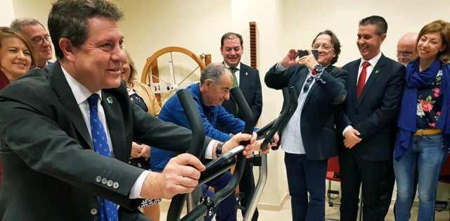 El presidente regional y el resto de políticos que acudieron a la inauguración del nuevo centro de día de Hellín para personas con discapacidad.