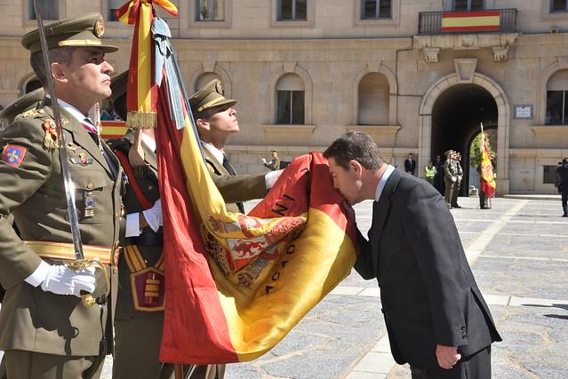 Unas 800 personas, entre ellas el presidente Emiliano García-Page, juran bandera en Toledo