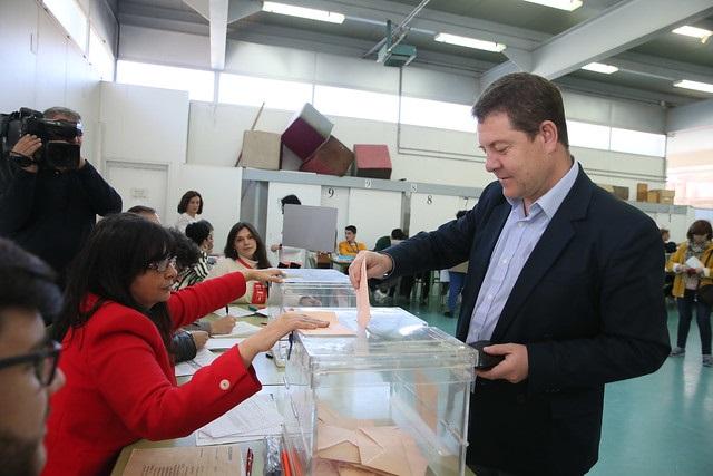 Los principales líderes de los diferentes partidos ejercen su derecho al voto en Castilla-La Mancha