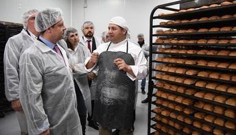 Page visita en La Roda una empresa de 'Miguelitos', un producto que aspira a tener indicación protegida