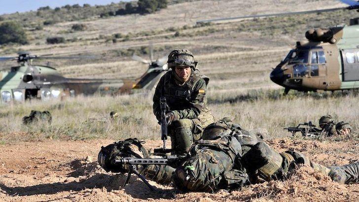 Unos 1.200 efectivos de Brigada Paracaidista entrenan operación asalto aéreo en Chinchilla (Albacete)