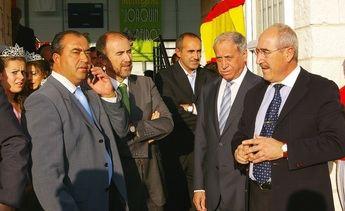 Peiró junto al alcalde de Villaseca y otras personalidades del deporte regional, hace unos años en la inauguración del pabellón que lleva su nombre.