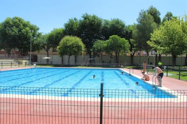 Alcázar de San Juan (Ciudad Real) cierra su piscina municipal tras dar positivo una empleada y suspende varias fiestas en discotecas