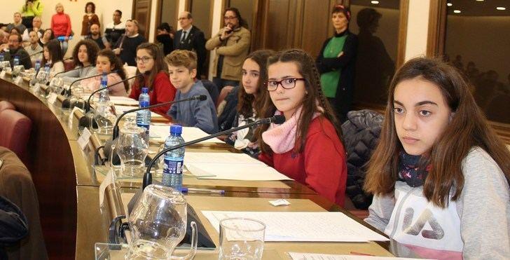 Los 18 'concejales' infantiles hacen sus propuestas en el Ayuntamiento de Albacete para mejorar la ciudad