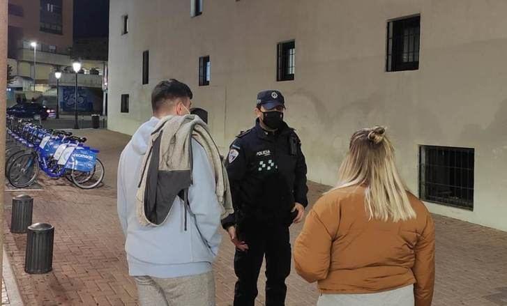 Un policía local informa a unos jóvenes en Albacete.