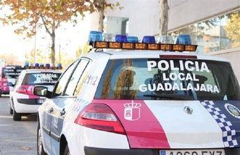 La Policía Local de Guadalajara detiene a un hombre in fraganti mientras robaba en el interior de un vehículo