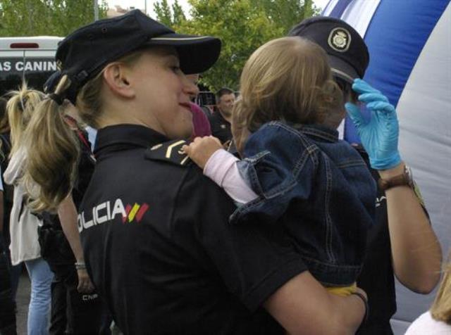 Dos policías nacionales evitan el atragantamiento de una niña de tres años con una uva, en Toledo