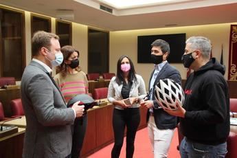 Livall Europa muestra el casco inteligente ganador de los premios 'Ponle Freno' al Ayuntamiento de Albacete