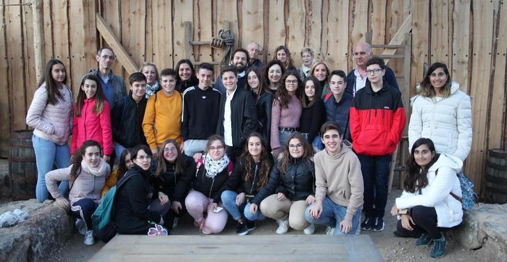 Una clase del IES 'Río Júcar' de Madrigueras y una alumna del IESO 'Harevólar' de Alovera, ganadores del I concurso de Puy Du Fou España