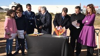 Imagen de la primera piedra del nuevo colegio que se construirá en el barrio de Imaginalia de Albacete.