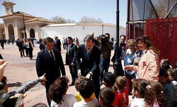Mariano Rajoy junto al alcalde y un grupo de niños en un colegio cercano al recinto ferial.