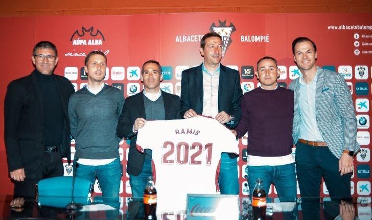 Ramis, su equipo y los responsables del Alba tras firmar la renovación con el equipo blanco.