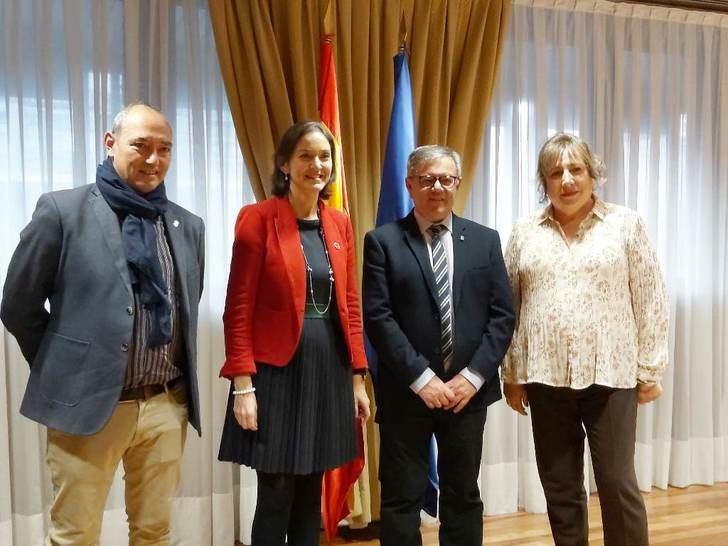 Hellín expone a la ministra de Comercio y Turismo la imagen que quiere proyectar en toda España
