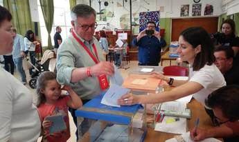 El socialista Ramón García votando