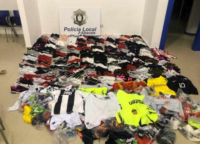 La Policía Local de Albacete interviene 300 zapatillas y 200 camisetas falsificadas en el Paseo de la Feria