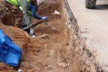 Aparecen nuevos restos óseos y cerámicas en las obras que Aguas de Albacete de la Plaza del Altozano