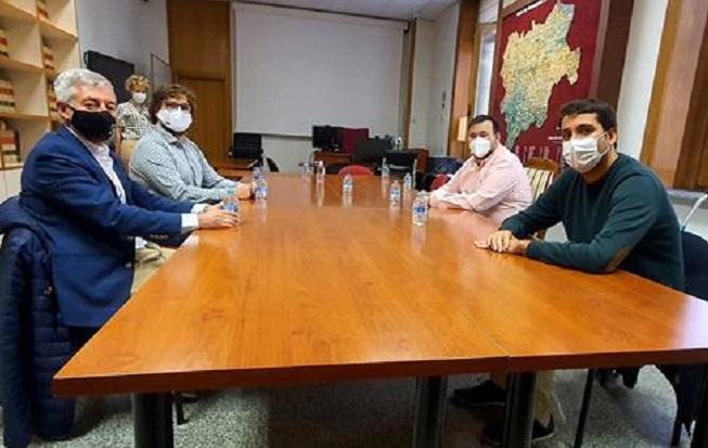 La Federación de Natación, reunida con responsables de la Diputación de Albacete, señala que las piscinas son espacios seguros pese a la COVID