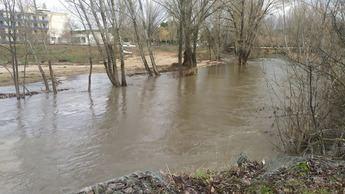 Las lluvias elevan el caudal del Júcar en Cuenca a 34,5 metros cúbicos por segundo anegando partes del paseo fluvial