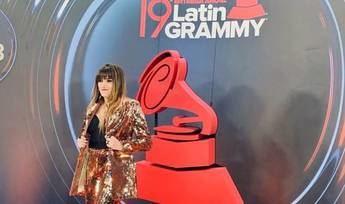 La diseñadora albaceteña Lola Muñoz 'estuvo' en los Grammy Latinos vistiendo a Rozalén