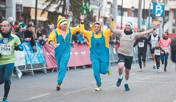 Miles de personas despiden el año en Albacete participando en la San Silvestre