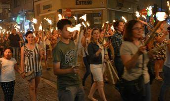 Noche de San Juan en Albacete, con manchegas, desfile de antorchas, hoguera, fuegos artificiales y verbena