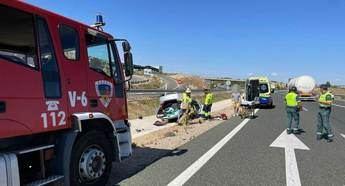 Los bomberos del SEPEI rescatan a una persona atrapada tras un accidente de tráfico en la A-30, en Pozo Cañada (Albacete)