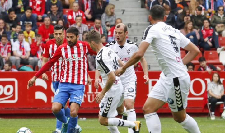 Al Albacete se le escapó en Gijón un punto en cinco minutos del final (2-1)