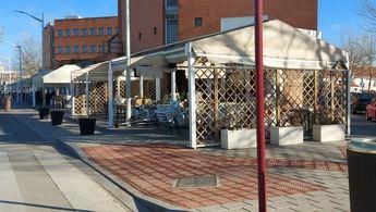Preparativos de terrazas en Albacete este jueves, a horas de la vuelta a la actividad.