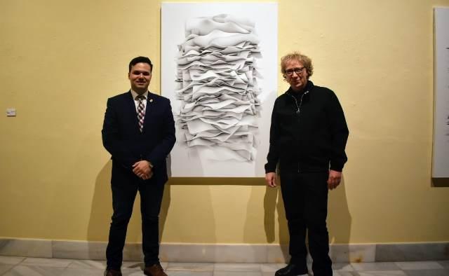 El diputado de Cultura, Miguel Zamora, con Tony Ceballos y una de sus obras.