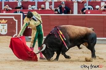 Paco Ureña abrió la 'Puerta Grande' en la plaza de toros de Albacete en una tarde casi plomiza