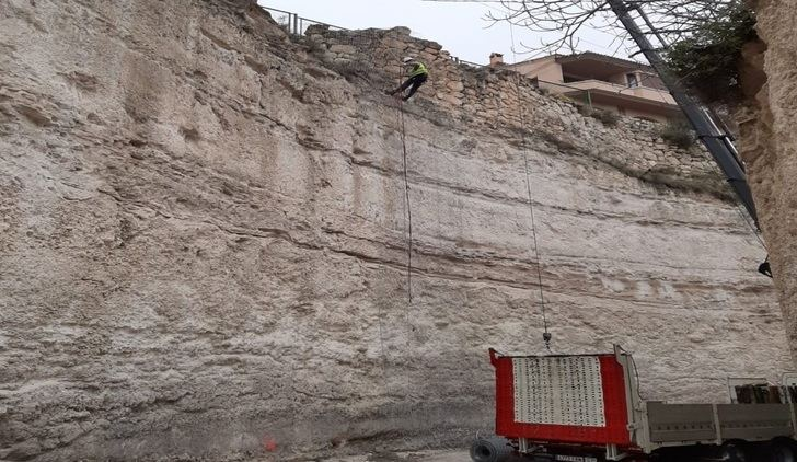 Comienzan las obras en la CM-3201 en Alcalá del Júcar, afectada por desprendimientos de rocas