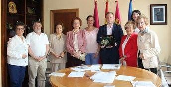 La Asociación de Alumnos de la Universidad de la Experiencia presenta al alcalde de Albacete su programación de este curso