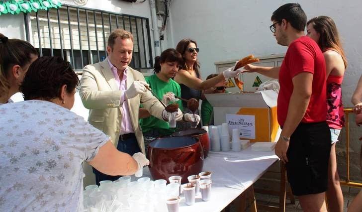 Chocolatada en el barrio Sepulcro Bolera de Albacete con presencia del alcalde