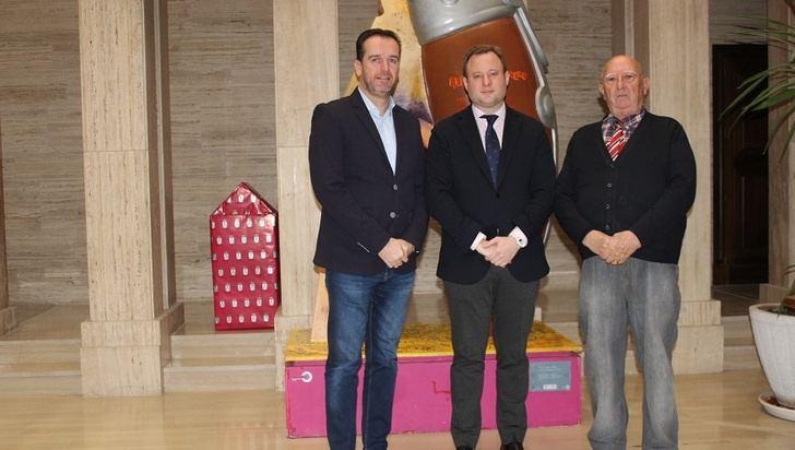 El alcalde de Albacete recoge la petición de la afición taurina de homenajear a Constantino González y Luis Cuesta