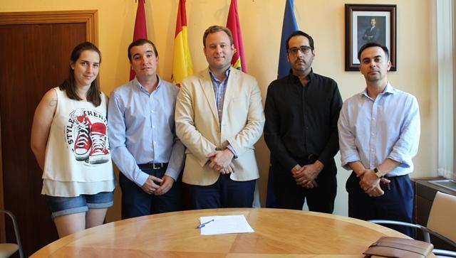El alcalde se reúne con los responsables de la Junta de Cofradías de la Semana Santa de Albacete