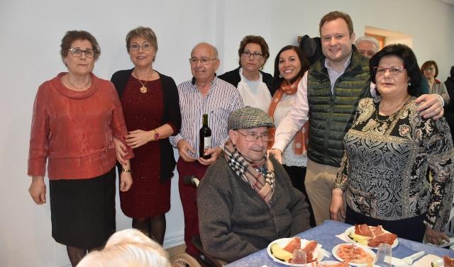 El alcalde de Albacete, presente en el 32 cumpleaños de los pensionistas de 'San Gregorio' de Aguas Nuevas