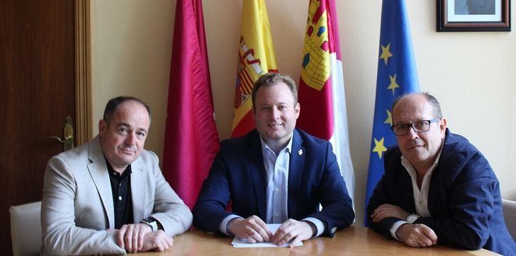Vicente Casañ se reúne con el nuevo directo de la UNED y con representantes de Aidiscam