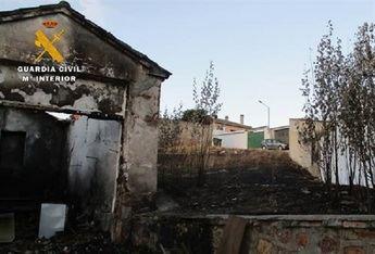 Investigados dos jóvenes por incendiar una casa deshabitada y varios contenedores en Villapalacios (Albacete)
