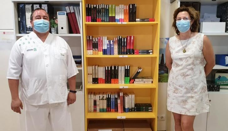 El Hospital de Villarrobledo abre un servicio de biblioteca para hacer más llevadera la estancia de pacientes y acompañantes