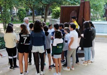 """Escolares de La Roda realizan visitas guiadas para conocer la exposición """"Arte en la calle"""""""
