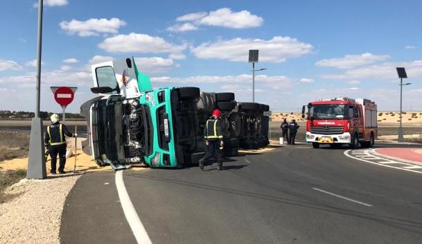 El vuelco de un camión en la rotonda del Parador tuvo cortada la salida de Albacete hacia Valencia
