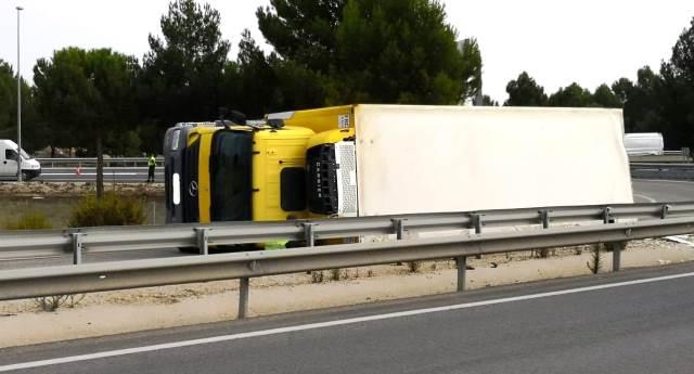 El vuelco de un camión provoca retenciones en la autovía A-31 a su paso por Albacete