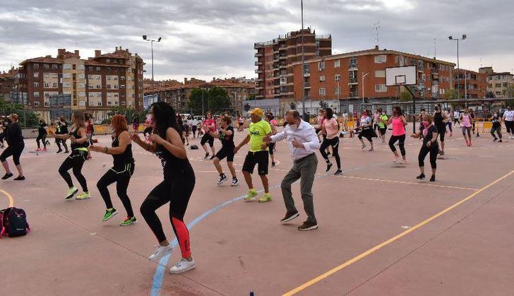 El alcalde de Albacete muestra su apoyo a AMAC, en la concentración de zumba